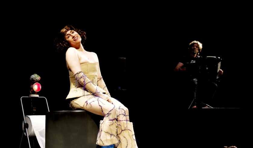 Een performance over 5 legendarische vrouwen, gezongen en gespeeld door Ekatarina Levental. (foto Chris Koolmees)