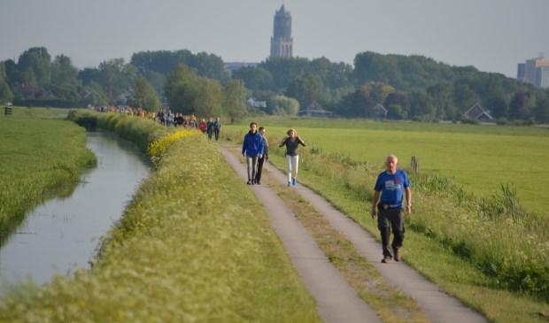 Op woensdag naderen de eerste 10km lopers vanaf Groenekan op de Groenedijk richting Achterweteringseweg. (foto Ad Nieuwenhuis)  © De Vierklank