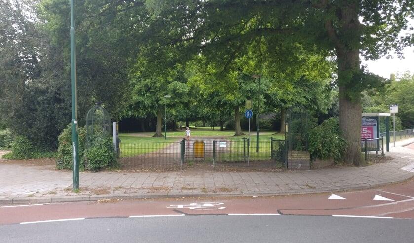 Vrienden van het Van Boetzelaerpark en de gemeente De Bilt maakten samen een plan om de entree van het park te verbeteren. [foto Henk van de Bunt]