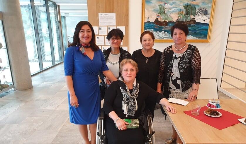 Karine Klyan (l) hoopt de Armeense gemeenschap op de Biltse kaart te zetten.