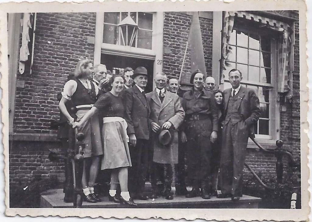 Kort na de bevrijding voor het Maartensdijkse gemeentehuis met o.a. waarnemend burgemeester Udo (hoed in de hand). (foto uit de collectie van Koos Kolenbrander)  © De Vierklank