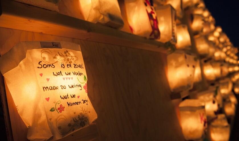 Kaarsen van hoop verlichten het parcours.