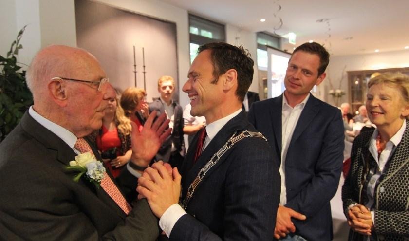 Feestje voor 100-jarige  HvdB Marten Mobach 3.jpg  Ter gelegenheid van de 100ste verjaardag van Biltenaar Marten Mobach werd zaterdag 15 juni  in het Koetshuis van Eyckenstein een receptie gehouden. Onder de vele aanwezigen was ook burgemeester Sjoerd Potters. [foto Henk van de Bunt
