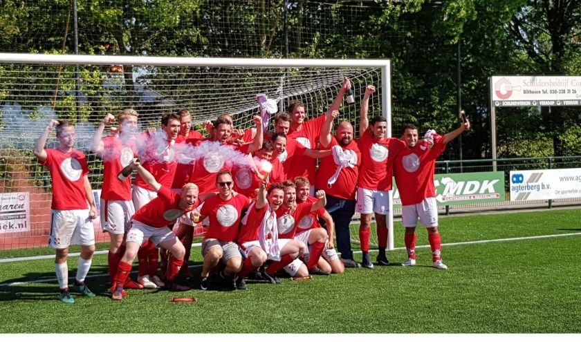 Enthousiasme bij het team van FC De Bilt 5 na het behalen van het kampioenschap.