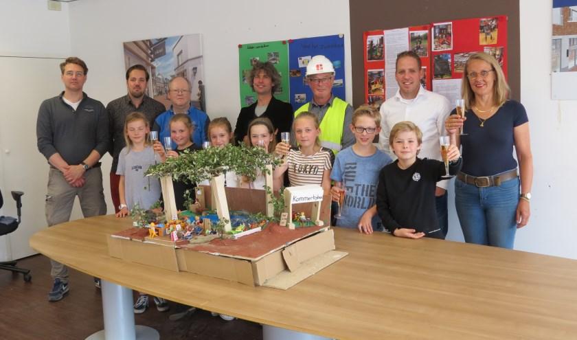 De ontwerpers van het Kommerbijbad met medewerkers van de bouwontwikkelingen in Bilthoven.