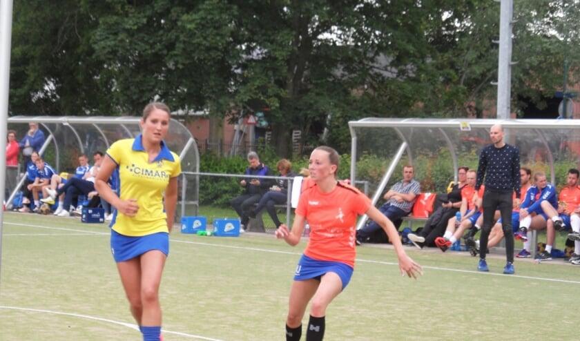 Leslie Barneveld en op de achtergrond coach Andreas van Grootheest in hun laatste wedstrijd