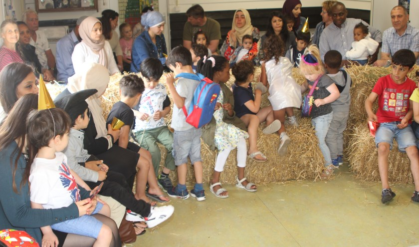 Kinderen en trotse ouders in afwachting van diploma's. [foto Reyn Schuurman]