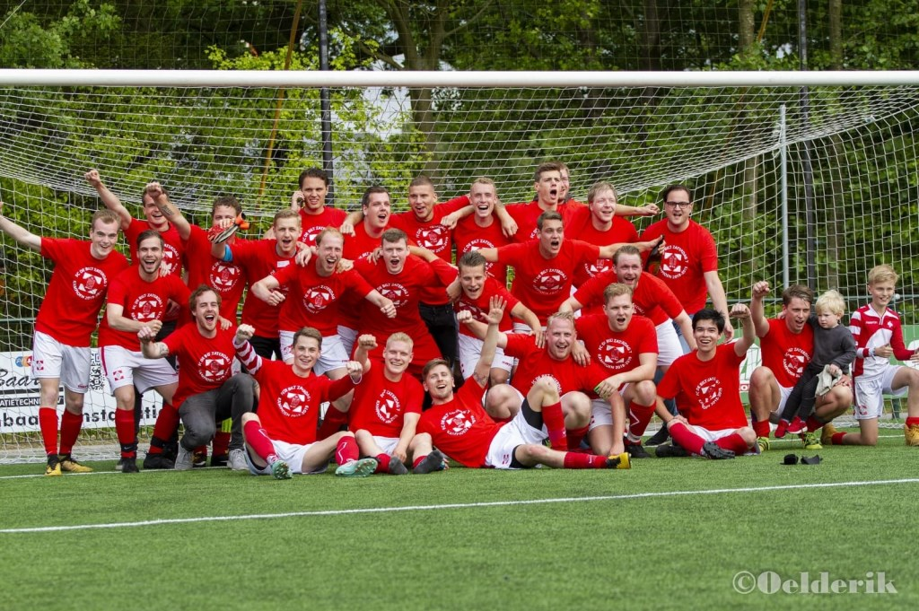 FC De Bilt 7 is blij met de titel.  © De Vierklank