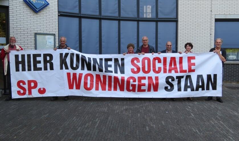 Voor het gemeentehuis demonstreerde de SP voor meer woningen.