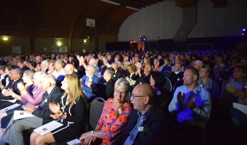 Zo'n 750 bezoekers geven de Marinierskapel een warm applaus.