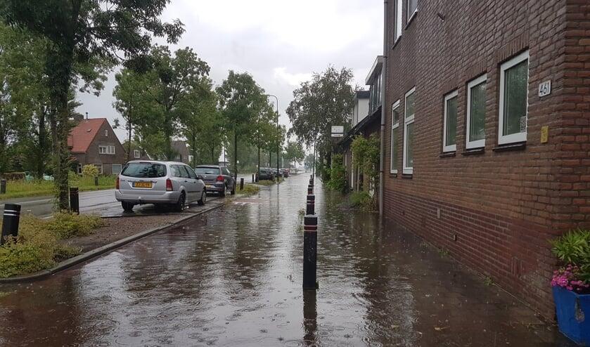 De Kon. Wilhelminaweg in Groenekan had voor even aan twee kanten van de weg een sloot.