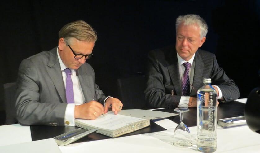 Onder toeziend oog van Leen Verbeek ondertekende Pieter van Maaren op 3 juli 2012 de aanstellingsdocumenten voor het burgemeesterschap van Urk