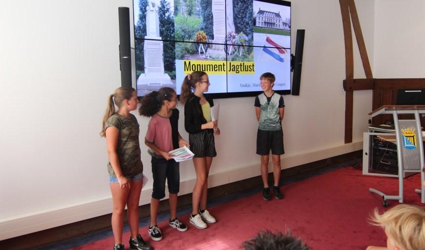 Leerlingen houden een presentatie over het oorlogsmonument, de 4 mei-herdenking en wat zij van de oorlog weten.