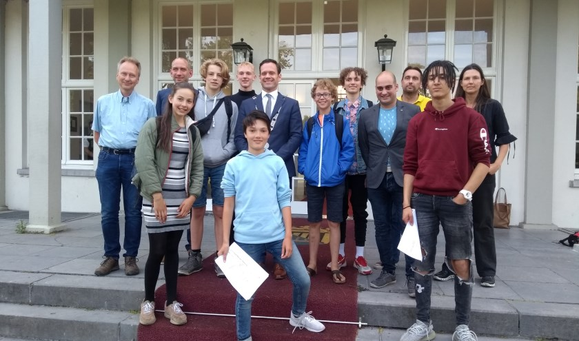 Leerlingen Keenschool staan met hun rapport bij burgemeesters Potters op de stoep.