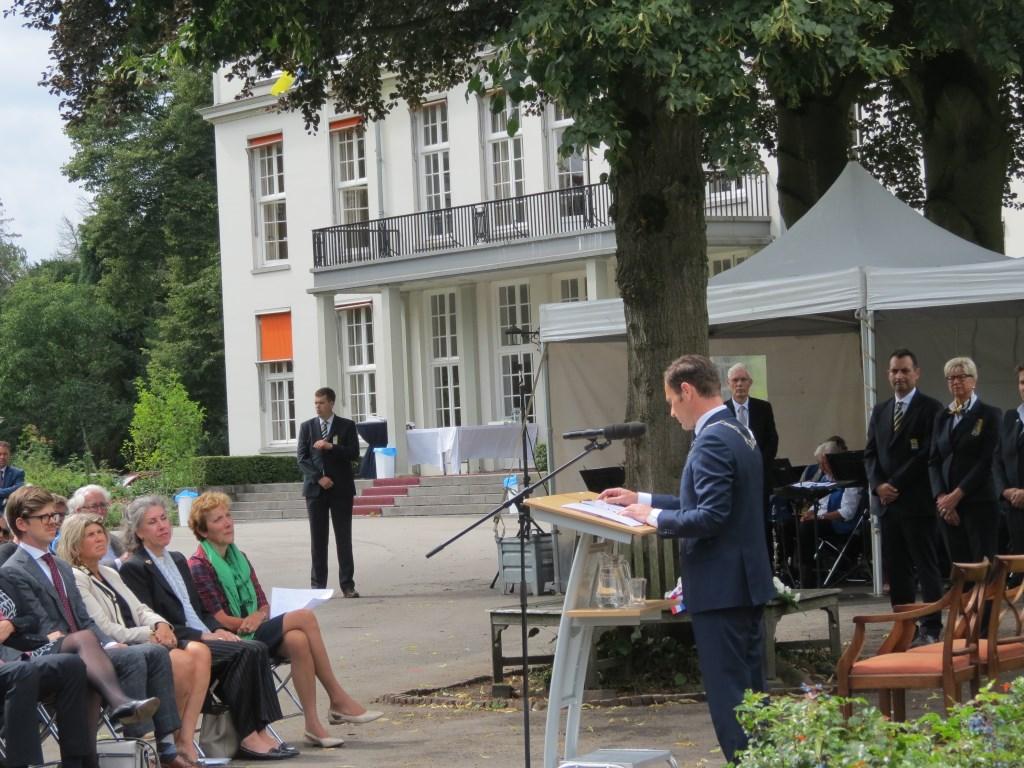Burgemeester Sjoerd Potters tijdens zijn toespraak.  © De Vierklank