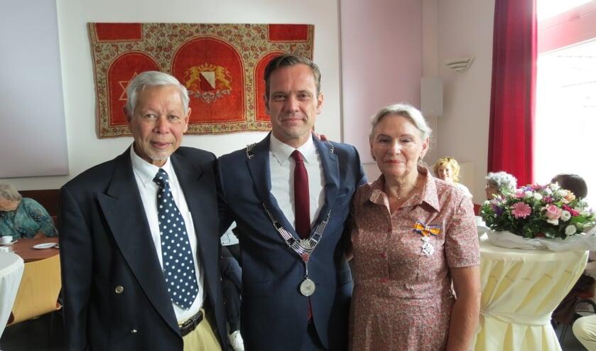 Rick en de geridderde Tiny Middleton met de burgemeester.