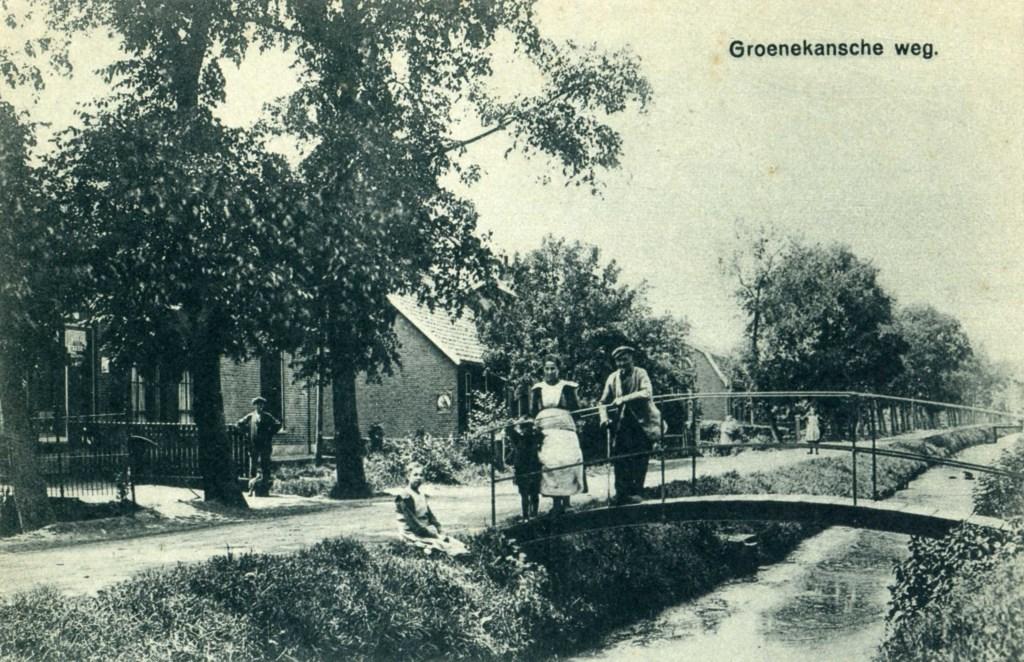 Achter in Groenekan: Rechts de Bisschopswetering, het boogbruggetje is er nog. [foto uit de digitale verzameling van Rienk Miedema]  © De Vierklank
