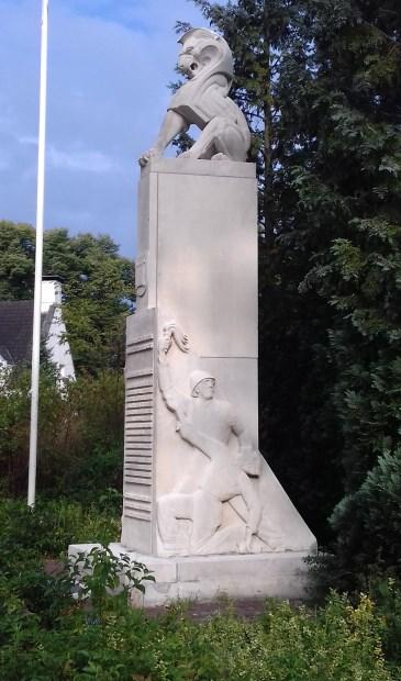 Het herdenkingsmonument van Bilthoven gedenkt alle slachtoffers van de Tweede Wereldoorlog. Het gedenkteken staat langs de oprijlaan naar het gemeentehuis 'Jagtlust' aan de Soestdijkseweg in Bilthoven. Het wordt ook wel 'Verzetsmonument Bilthoven' genoemd. Het rechter reliëf (foto) toont een soldaat  © De Vierklank