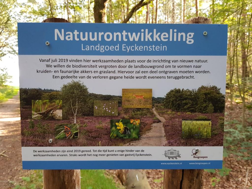 In de omgeving van het gebied verklaren bordjes de werkzaamheden. (foto Lex van Boetzelaer)  © De Vierklank