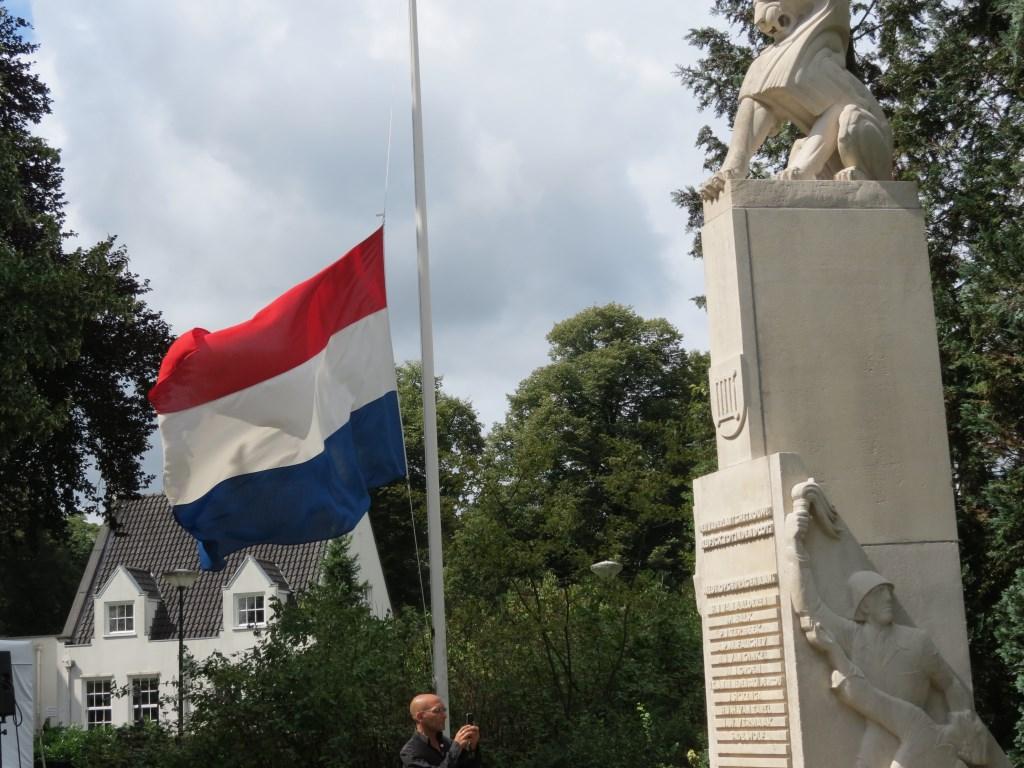 Bij aanvang van de herdenking hangt de Nederlandse driekleur halfstok  © De Vierklank