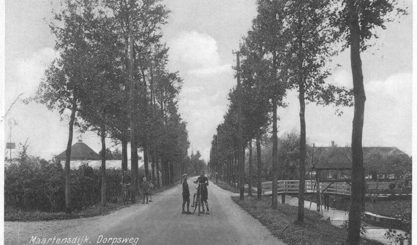 De nog stille dorpsweg 'De Maartensdijk', ter hoogte van Dorpsweg 158. Rechts de Wetering, vroeger ook wel Praamgracht genoemd. [foto uit de digitale verzameling van Rienk Miedema]