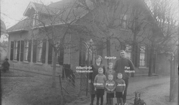 Piet Meijers met vrouw en kinderen voor hun boerderij Rustoord aan de Dorpsweg 2.  © De Vierklank