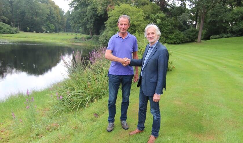 Marc Hofstra (Voorzitter Stichting Geopark Heuvelrug i.o. en vrijwilliger bij Tuinderij Eyckenstein) en Otto van Boetzelaer namens Landgoed Eyckenstein bevestigen de deelname