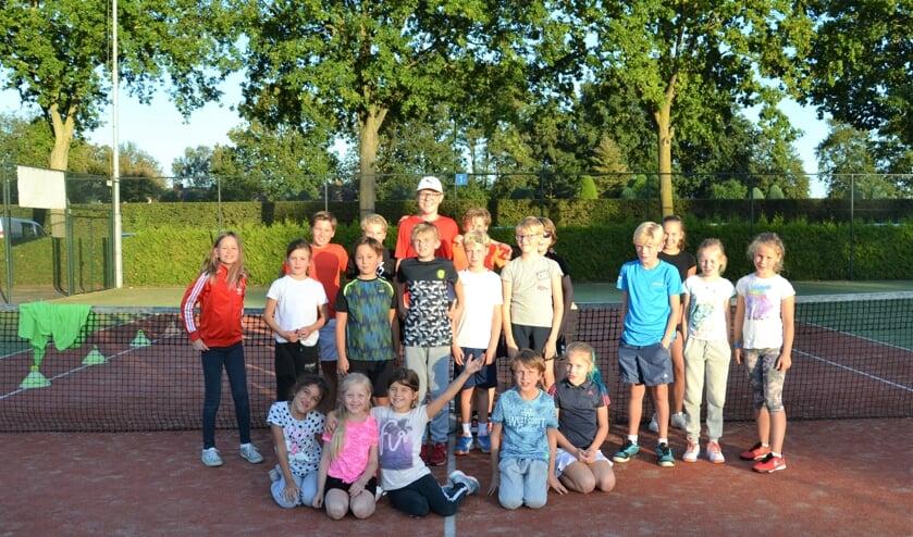 Jeugdspelers uit 8 tennisverenigingen vinden elkaar op de velden van Tautenburg.