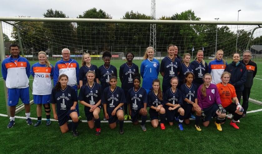 De voltallige selectie van de Oranje Powergirls met technische staf voor aanvang van de training voorafgaand aan het oefenduel.