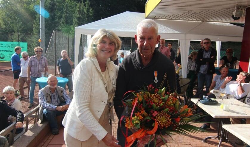 Locoburgemeester Madeleine Bakker heeft Ton Werner gedecoreerd en de bloemen overhandigd. [foto Henk van de Bunt]