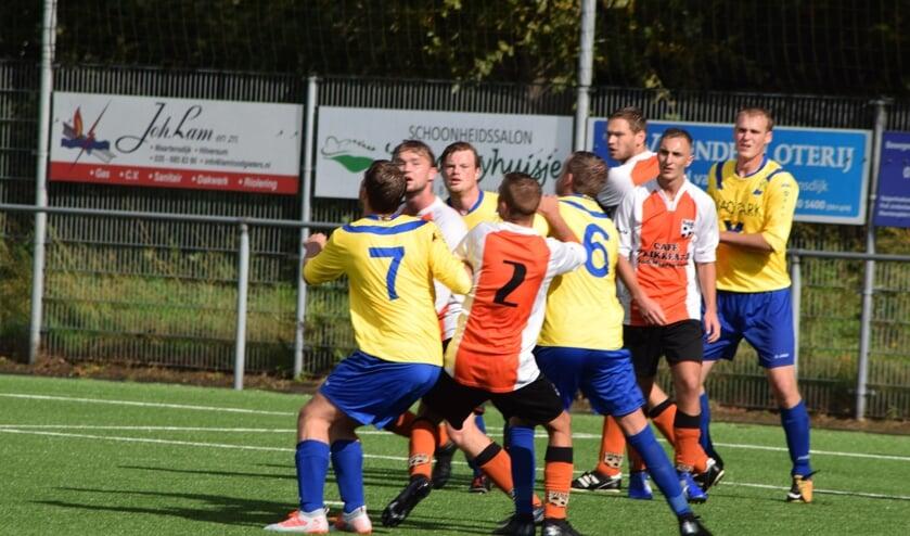 Tweemaal vier spelers - van beide verenigingen - kwijten zich van hun taak. (foto Nanne de Vries)