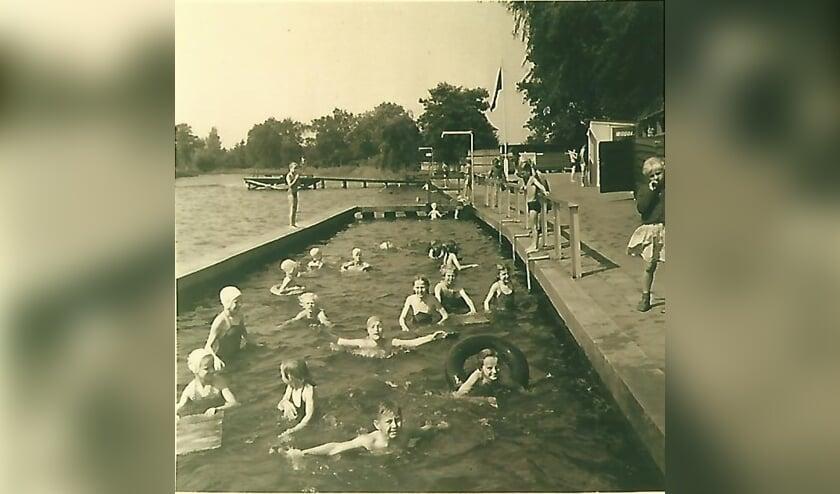Foto van Koos Kolenbrander: 'Zwembad de Kikker voor de renovatie tot wedstrijd-bad 1958'
