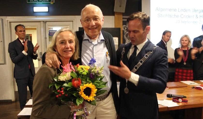 Bloemen voor zijn echtgenote en een Koninklijke Onderscheiding voor Jan van Dun zijn uitgereikt door burgemeester Sjoerd Potters. [foto Henk van de Bunt]
