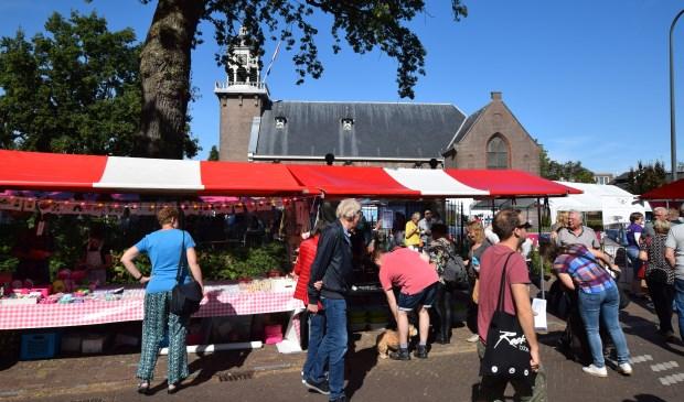 Veel stands rondom de Dorpskerk in De Bilt.  © De Vierklank