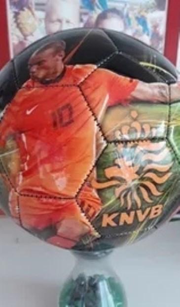 Deze KNVB bal met foto en handtekening van Wesley Sneijder maakt deel uit van de veilingcollectie.