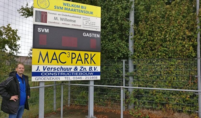 Timmer- en onderhoudsbedrijf M(arco) Willemse tekende onlangs een nieuw driejarig contract als subsponsor van de SVM selectie. [foto Henk van de Bunt]