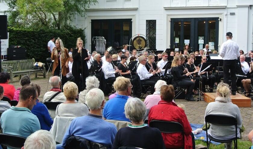 The Dreams met het Groot Harmonieorkest en de Melodie Percussiegroep.