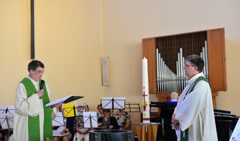 Tijdens een indrukwekkende kerkdienst wordt afscheid genomen van mevr. ds. Wilfrieda Stam. (foto Nico van den Ham)