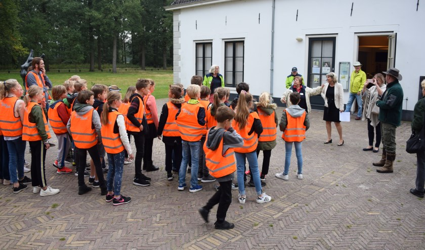 Wethouder Madeleine Bakker-Smit trapt het scholenproject af.