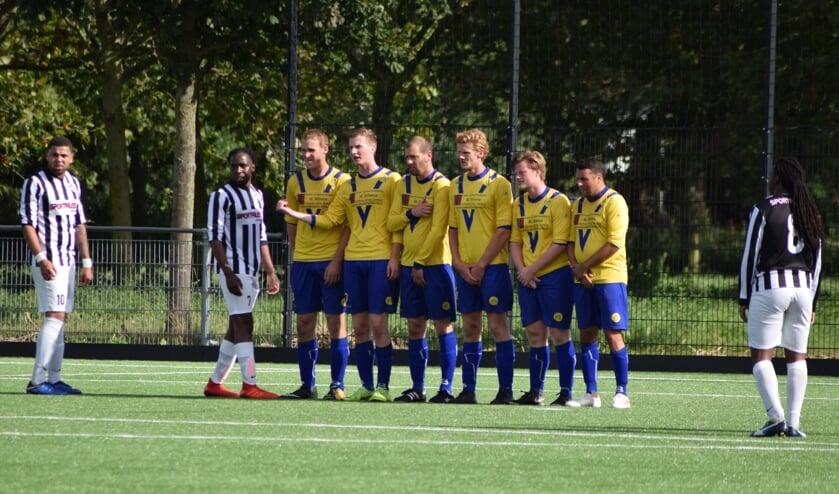 Ondanks een goed opgestelde muur scoorde Forza Almere wel de gelijkmaker. (foto Nanne de Vries)