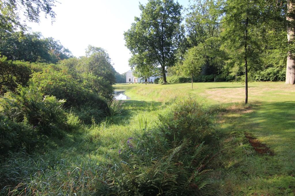 De sloot is volledig droog komen te staan en heeft daardoor ook geen verbinding meer naar de vijver en andere watergangen  © De Vierklank