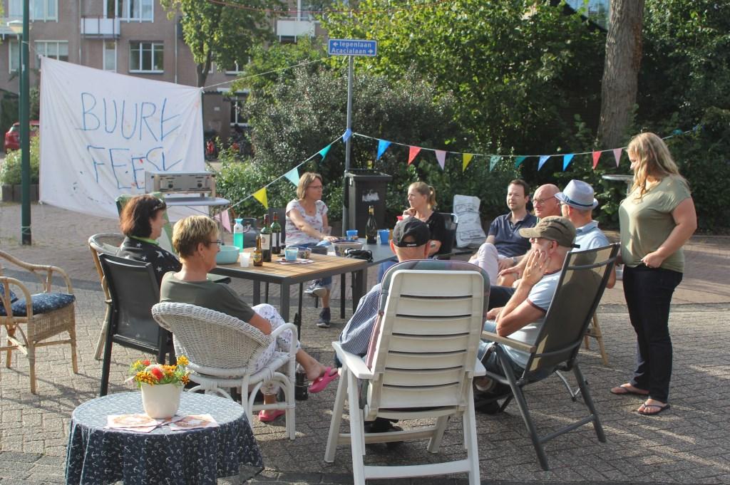 Jl. zaterdag werd het buurtfeest gereanimeerd. Op de parkeerplaatsen voor de huizen kwam men weer bijeen. De barbecues stonden klaar, zodat iedereen zijn eigen vlees kon braden. [foto Rein Schuurman]  © De Vierklank
