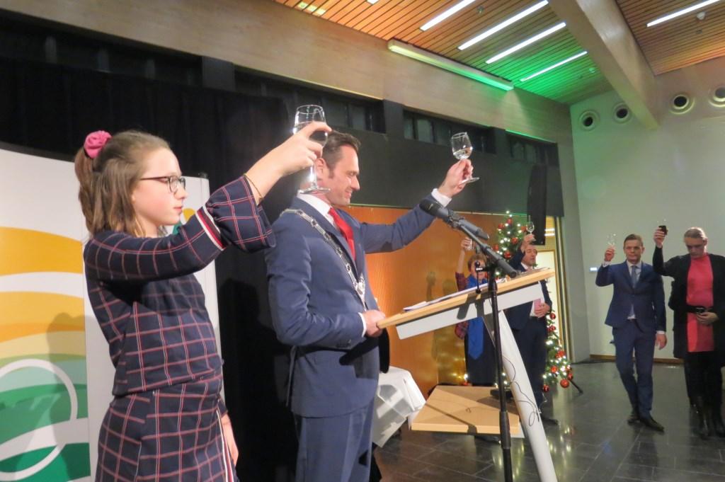 Nieuwjaarwensen worden in ontvangst genomen door burgemeester Sjoerd Potters, zijn echtgenoot en het gemeentebestuur.  © De Vierklank