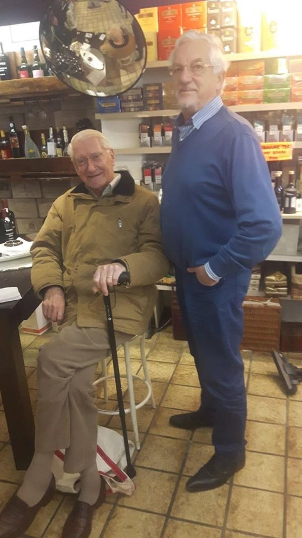 Cees samen met de Heer Kramer die al 66 jaar bij Ploeger in de winkel komt.  © De Vierklank