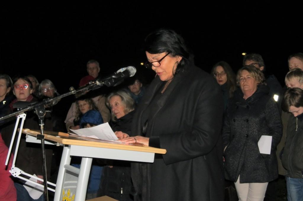 Leila Weiss houdt een indrukwekkende toespraak.  © De Vierklank