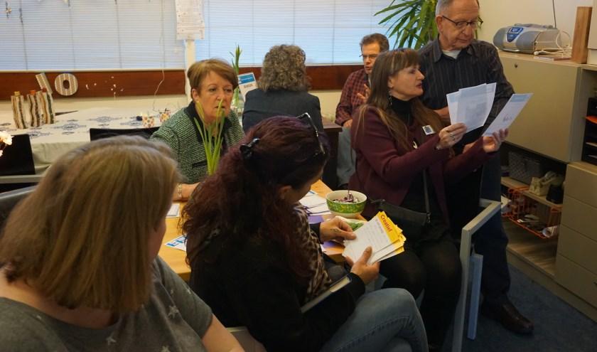 Deelnemers spreken met elkaar over welke leuke dingen ze samen gaan doen