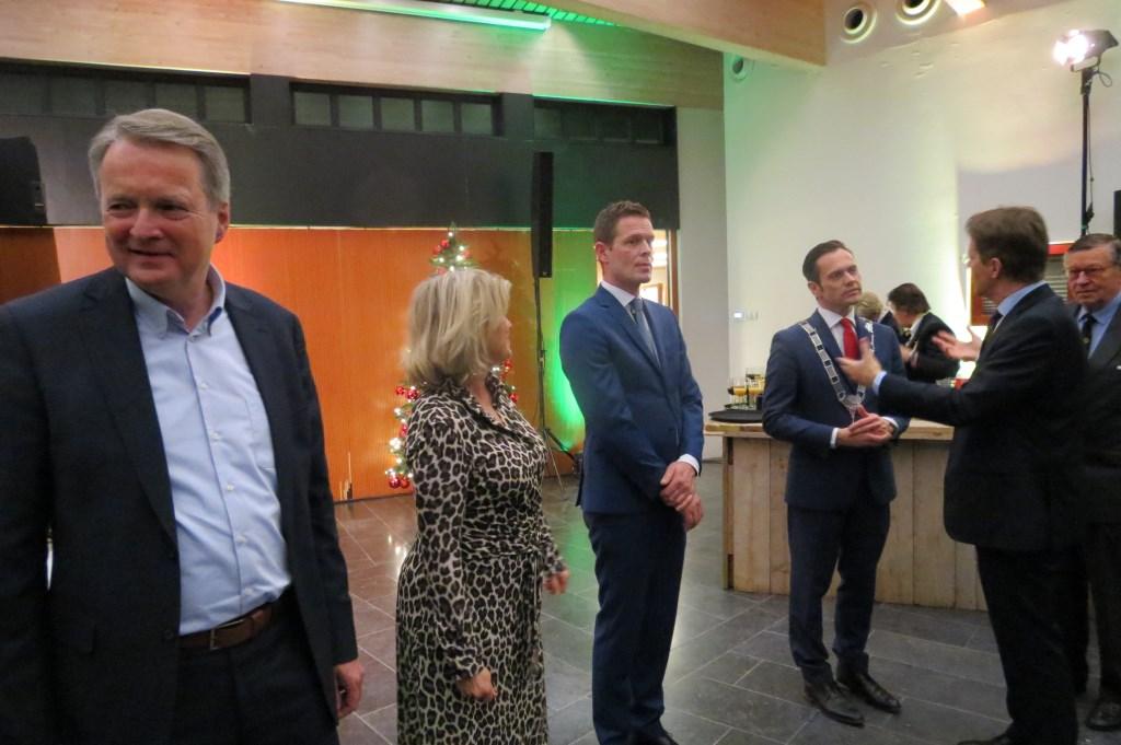 Kinderburgemeester Carmen Braak en burgemeester Sjoerd Potters brengen een toost uit op het nieuwe jaar.  © De Vierklank