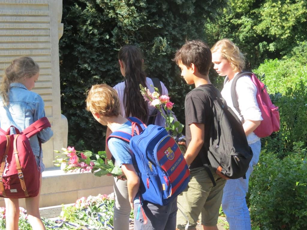 Jaarlijks wordt de zorg voor het herdenkingsmonument overgedragen door de kinderen van de Groen van Prinstererschool. (foto Guus Geebel)  © De Vierklank
