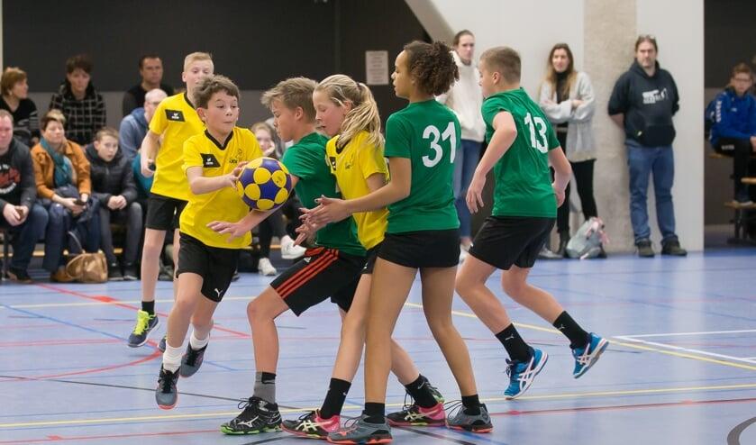 Tess van der Werve (in het geel) geeft Joran Frank een doorloopbal aan. (foto Wim de Bruijne / Korfbalfoto.nl)