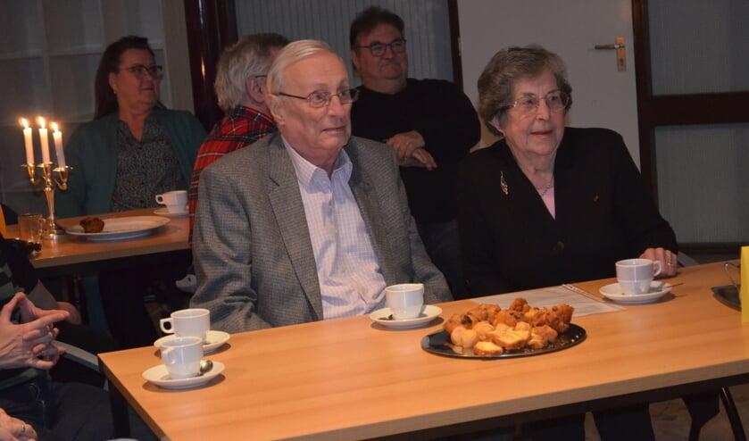 Hugo en Ada van Dis luisteren naar de terugblik op hun verdiensten.